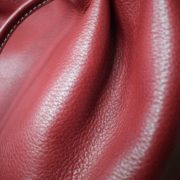 Vue macro sac cabas cuir rouge