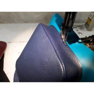 fabrication à l'atelier de sacs en cuir