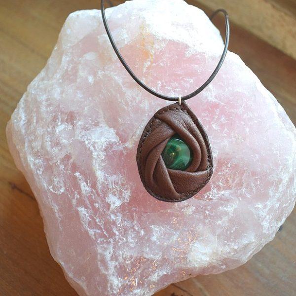 Collier cuir et pierre malachite